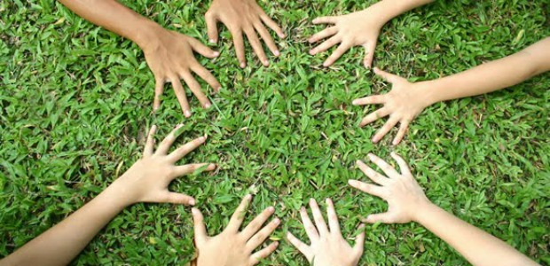 manos sobre la tierra 620-300