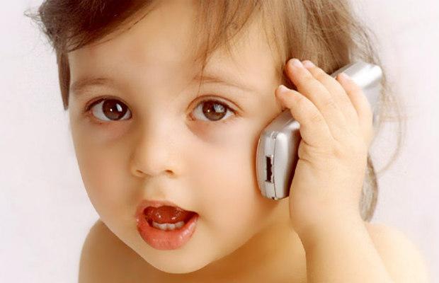 nin%cc%83a-hablando-por-celular-620400
